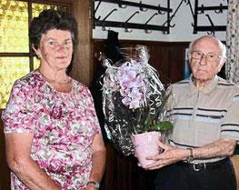 Anna Fischer überreichte Pfarrer Arnold eine Orchidee.