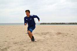 Die körperliche Belastung im Sand ist für den Schiedsrichter enorm.