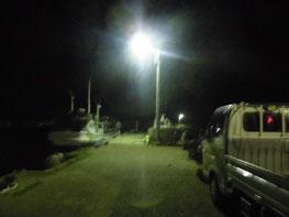 夜間の漁港の写真