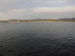 夕方の室津下漁港の写真