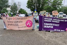 Nach dem Ende der Blockade gingen die Blockierer von Ende Gelände zur Kundgebung auf den Besucherparkplatz von Holcim.    © Daniel Seeburger