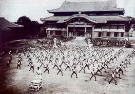 Karateunterricht im Shuri-Castel, ca.1937