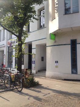 Eingang der Weiberwirtschaft in der Anklamer Straße 38 in Berlin Mitte