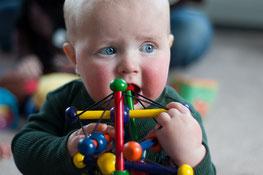 En la época de salida de los dientes los niños se lo llevan todo a la boca y debemos tener especial atención
