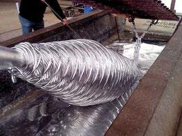 bagno di zinco fuso di un elemento metallico