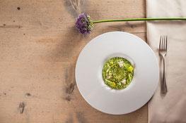 Risotto mit grünem Sellerie, Kamille und Haselnüssen vigilius mountain resort rezept gourmet südtirol