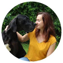 regard complice entre Diane Bourin et sa chienne dogue allemand Jenna de la vallée de l'Yvel.