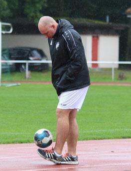 Gedankenspiele mit Ball (Trainer Lehmann)