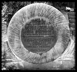Der Mühlstein - ein Grabstein auf dem Gottesacker der St. Jakobikirche Einsiedel - Quelle: Stefanie Stiefel