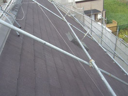 屋根 塗装中