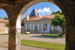 Cour à arcades du Château la Hitte en Nouvelle Aquitaine
