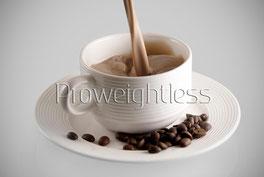 Tasse in welche das Proweightless Cappuccinogetränk eingegossen wird