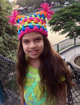 Gorro cuadrado con pompones tejido en trapillo con crochet XXL