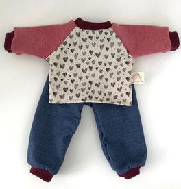 Puppenkleider Set genäht aus Bio Jersey im Jeanslook mit Oberteil in naturfarbenem Jersey mit kleinen Herzen in grau und angesetzten rosa Ärmeln mit Bündchen Abschluss