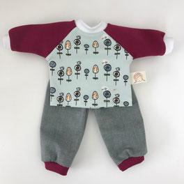 Kleidung für Stoffpuppen nach Art der Waldorfpuppen. Hellblaues Oberteil mit kleinen Vögeln und Baumwollhose mit Bündchenabschluss. Genäht für Puppen von der Puppenfee.