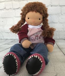 Stoffpuppe handgemacht mit langen Haaren für Kinder zum Spielen mit farbenfroher Kleidung aus schönen Stoffen