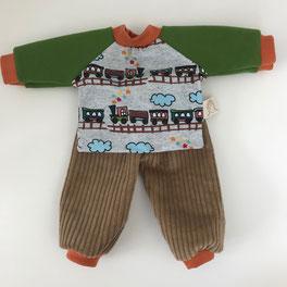 Kleiderset für Stoffpuppen und Waldorfpuppen aus farbenfrohen Stoffen hier braune Cordhose mit Oberteil mit Eisenbahn Motiv für Kinderpuppen