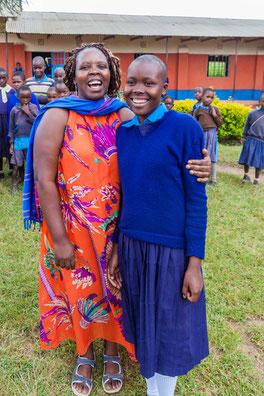Annah mit Yunice vor ihrer Schule