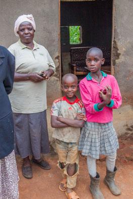Eine Grossmutter kümmert sich dank Hftc um ihre Enkel