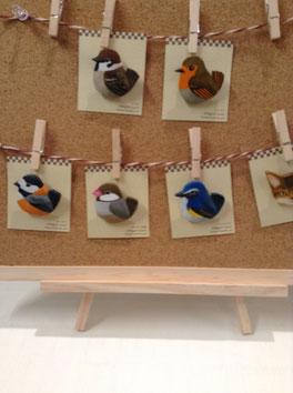 すずき恵さんの小鳥の木工ブローチ