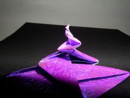 Origamifigur vor schwarzem Hintergrund