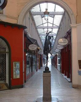 Passage de l'Argue : La statue de Mercure (avant 2011)
