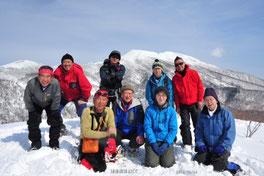 ビジターセンター、パークボランティアの方々と岩手山をバックに記念撮影~