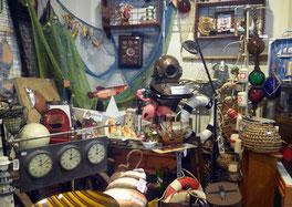 Interior tienda el Laberinto 2, maletas, baúles, placas publicitarias