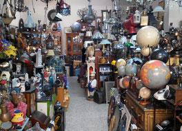 Interior tienda El Laberinto,globos terráqueos, lámparas, cuadros