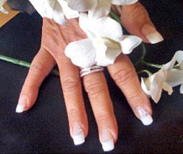 kosmetikstudio-nagelstudio-by-maica-frau-schönheit-nageldesign-kosmetikbehandlung-nagelmodellagen