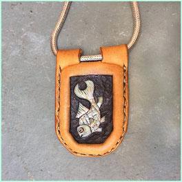 Amulettkästchen Leder mit Punzierung Springfisch.