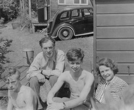 1939: Francis with his parents and brother