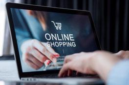 Auf dem Bildschirm eines Laptops ist die Startseite eines Online-Shops zu sehen.