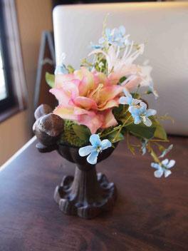 花材費900円。お手持ちの小鳥のアイアン花器にかわいくアレンジされました。