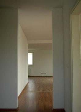 Blick Küche ins Wohnzimmer