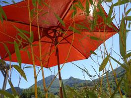 Parasol au gite avec piscine en Ariège