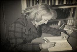 Cécile Aubry dédicace un livre en 1975