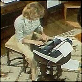 Cécile Aubry à sa machine à écrire en 1977 (Moulin Bleu, Saint-Cyr-sous-Dourdan)