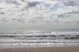 Die Meereswellen rollen sanft ans Ufer. Das Gesundheitscoaching arbeitet damit, entspannt und aufmerksam in den eigenen Körper hinein zu lauschen.