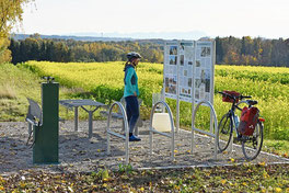 Rastplatz im Grünen mit Fahrrad Werkzeug ReparaturStation