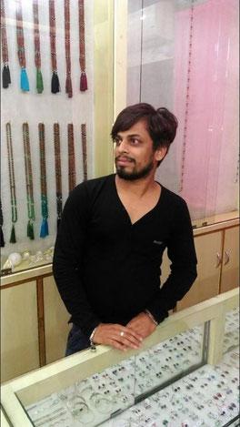 Shyam Sunder Vashistha in seinem Geschäft in Rishikesh