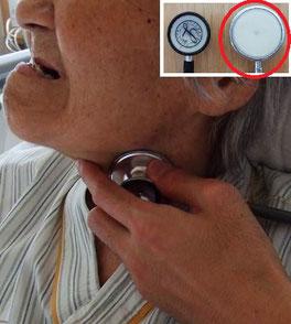 成人用聴診器で頸部聴診法を行う様子