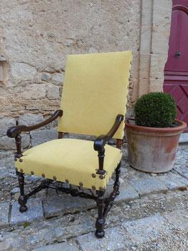 Fauteuil Louis XIII restauré et couvert d'un tissu paille et fini par de gros clous dorés diam 24 mm