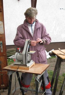 Birgit Popielas schleift Holzknöpfe  Handarbeit