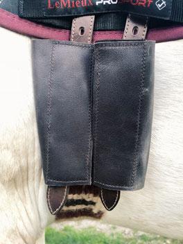 Protèges-boucles en cuir réalisés par la Sellerie Mestria