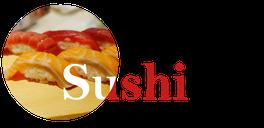 Sushi-Platte mit verschiedenen Maki, Futomaki und Onigiri.
