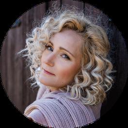 Make-up und Haarstyling für ein Selbstliebe-Fotoshooting