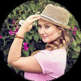 Frauenportrait mit Hut in der Natur