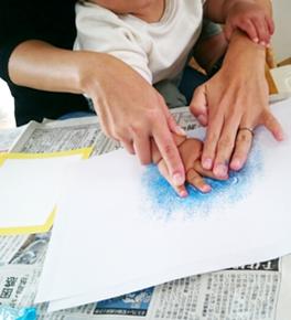 赤ちゃんと一緒でも楽しめる♪ ママとこどものための、色と光のアトリエ『Meetch』(みーち) 色(パステル手形アート)と光(サンキャッチャー)を中心に 楽しみながら感性を磨き、笑顔を増やしていく造形教室
