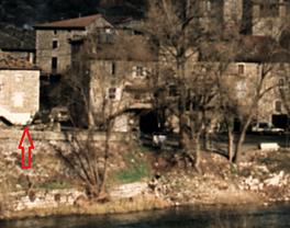 Elle est a gauche de la molle (vue du pont).